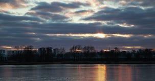 Заход солнца зимы над промежутком времени озера сток-видео