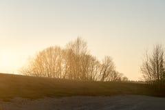 Заход солнца зимы с луной и самолетом отстает в небе Стоковые Изображения