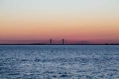 Заход солнца и висячий мост стоковое фото