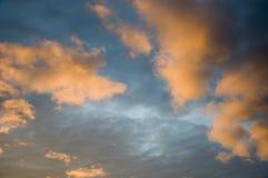 Заход солнца и восходы солнца Оранжевое небо и много заволакивают Красивый яркий рай Стоковое Изображение