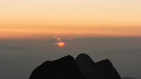Заход солнца и гора силуэта Стоковые Изображения RF