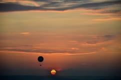 Заход солнца и горячий воздушный шар, горизонт Стоковое Изображение RF