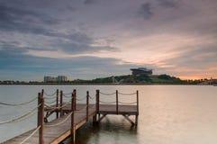 Заход солнца и деревянная мола стоковое фото rf
