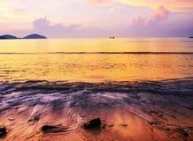 Заход солнца или восход солнца моря в облаке sk twilight золотой воды красочном Стоковая Фотография