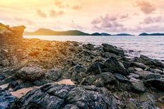 Заход солнца или восход солнца моря в сумерк с небом и облаком Стоковые Изображения RF