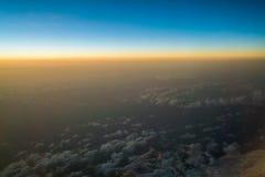 Заход солнца или восход солнца осмотренные от самолета Стоковые Изображения RF