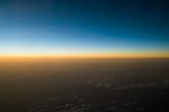 Заход солнца или восход солнца осмотренные от самолета Стоковое фото RF