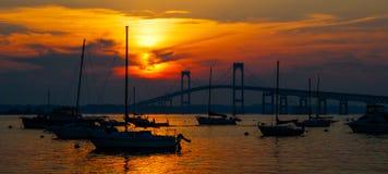 Заход солнца и парусники в Ньюпорте, Род-Айленде Стоковые Фото
