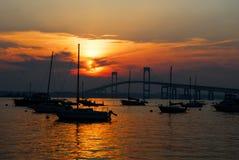 Заход солнца и парусники в Ньюпорте, Род-Айленде Стоковые Изображения