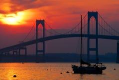 Заход солнца и парусники в Ньюпорте, Род-Айленде Стоковые Фотографии RF