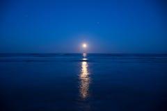 Заход солнца и поднимать луны Стоковое Изображение