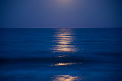 Заход солнца и поднимать луны Стоковые Фото