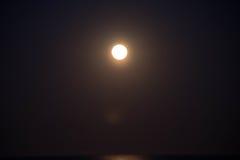 Заход солнца и поднимать луны Стоковые Изображения RF
