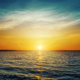 Заход солнца и темная вода Стоковые Изображения RF