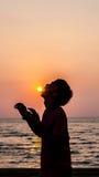 Заход солнца и тропический пляж и ослаблять Стоковое Фото