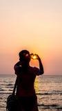 Заход солнца и тропический пляж и ослаблять Стоковые Изображения