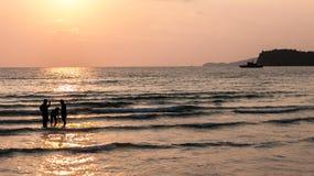 Заход солнца и тропический пляж и ослаблять Стоковая Фотография RF