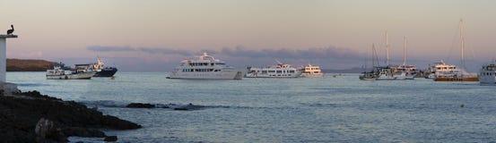 Заход солнца и туристические судна в островах Галапагос Стоковая Фотография
