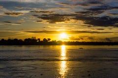 Заход солнца и шлюпка Амазонки Стоковые Изображения RF