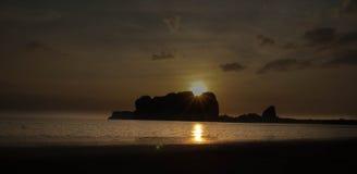 Заход солнца идя к лето пляжа моря в Таиланде Стоковые Изображения