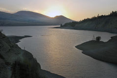 Заход солнца и contre на резервуаре Charvak стоковые фотографии rf