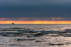 Заход солнца, корабль на горизонте стоковое фото