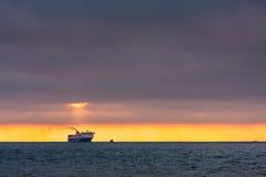 Заход солнца, корабль на горизонте стоковые фотографии rf