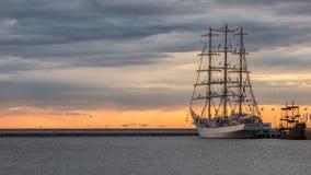 заход солнца корабля sailing ландшафта 3d Стоковое Изображение RF