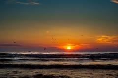 Заход солнца Красивый заход солнца Чёрное море Заход солнца моря золота Стоковое Изображение