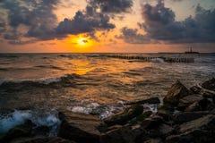 Заход солнца Красивый заход солнца Чёрное море Заход солнца моря золота Море захода солнца Стоковая Фотография RF