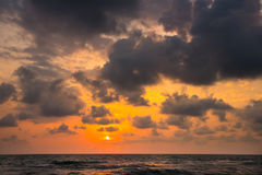 Заход солнца Красивый заход солнца Чёрное море Заход солнца моря золота Море захода солнца Стоковая Фотография