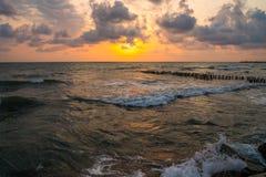 Заход солнца Красивый заход солнца Чёрное море Заход солнца моря золота Море захода солнца Стоковые Изображения RF