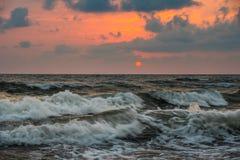 Заход солнца Красивый заход солнца Чёрное море Заход солнца моря золота Море захода солнца Стоковые Изображения