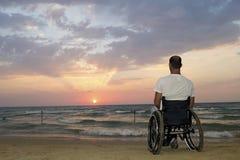 Заход солнца кресло-коляскы стоковая фотография rf