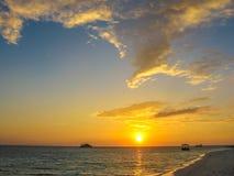 Заход солнца Мальдивов над морем Стоковое Изображение RF