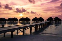 Заход солнца Мальдивов с силуэтом вилл воды Стоковые Фотографии RF