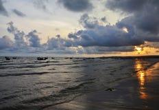 Заход солнца между небом и морем Стоковые Изображения