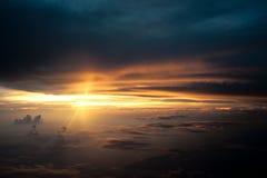 Заход солнца между облаком Стоковая Фотография