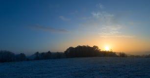Заход солнца морозного зимнего дня Стоковое Фото