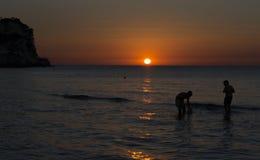 Заход солнца моря с мальчиками Стоковые Фотографии RF