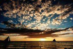 Заход солнца моря с парусниками в тропической стране, драматическими облаками philippines Стоковые Изображения RF