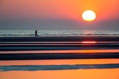 Заход солнца моря с персоной силуэта стоковые фотографии rf