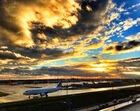 Заход солнца на авиапорте Парижа Шарль де Голль Стоковое Фото