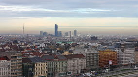 Заход солнца над веной с взглядом к горизонту города Дуная акции видеоматериалы