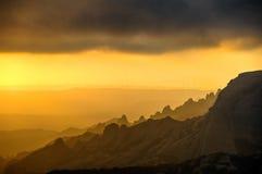 Заход солнца на верхней части горы Монтсеррата ветрянки Каталония, Испания Стоковые Изображения RF