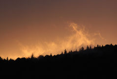Заход солнца над верхней частью холма Стоковые Фото