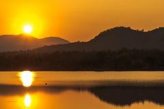заход солнца на виде на озеро Таиланде горы Стоковое Изображение RF