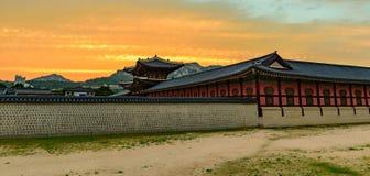 Заход солнца над дворцом Gyeongbokgung Стоковые Фотографии RF