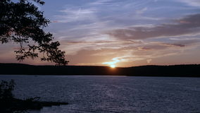 Заход солнца над водой и горами - timelapse 4K видеоматериал