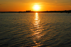 Заход солнца над водой, Стоковая Фотография